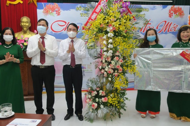 Phó Chủ tịch UBND thành phố Lê Khắc Nam cùng thầy và trò Trường THPT chuyên Trần Phú dự Lễ khai giảng năm học 2021-2022